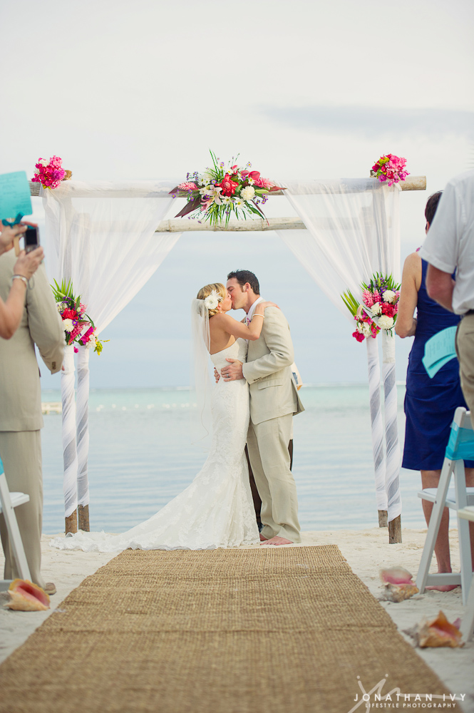 Couple Kiss at Las Terrazas Wedding