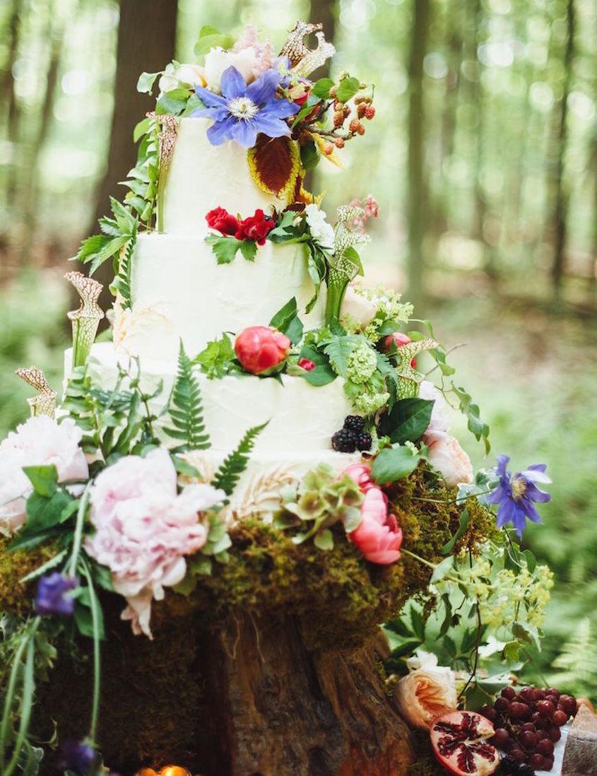 Forest wedding cake on tree trunk slab