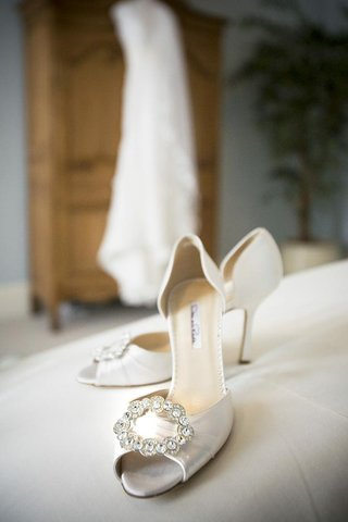 oscar-de-la-renta-white-bridal-shoes-with-crystals