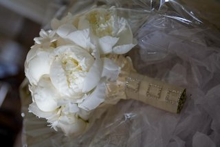 bouquet-with-crystal-buckle-ribbon-wrap