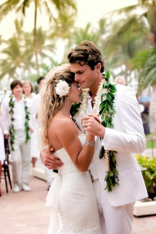 bride-and-groom-dancing-outside-in-hawaii