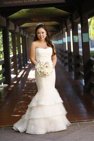 asisan-bride-in-strapless-dress-holding-neutral-bouquet