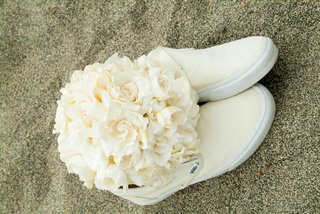 magnolia-and-gardenia-bouquet-and-vans