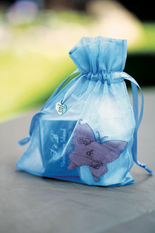 welcome-bag-for-wedding-guest-in-blue-and-full-of-goodies