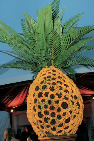 pineapple-made-of-sunflowers-and-fronds