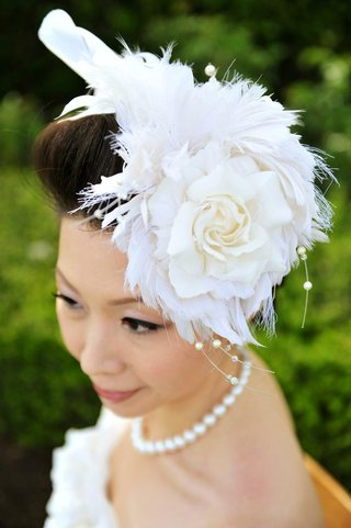 wedding-hair-accessory-with-white-feathers-and-rose
