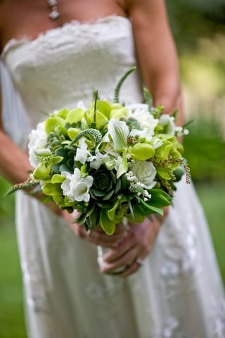 brides-bouquet-of-green-and-white-flowers