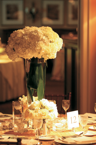 classic-reception-decor-with-cream-flowers