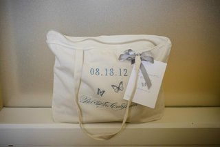 tote-bag-with-zipper-and-blue-embroidery