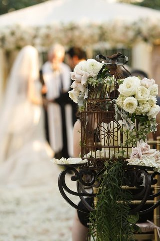 alfresco-ceremony-decor-with-roses-and-pearls