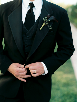 groomsman-suit-with-midnight-black-calla-lilies