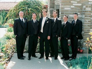 groom-and-groomsmen-in-suits-at-la-jolla-wedding