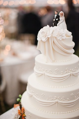 wedding-cake-with-something-borrowed-cake-topper