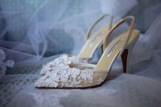 white-oscar-de-la-renta-wedding-shoes-with-flower-details