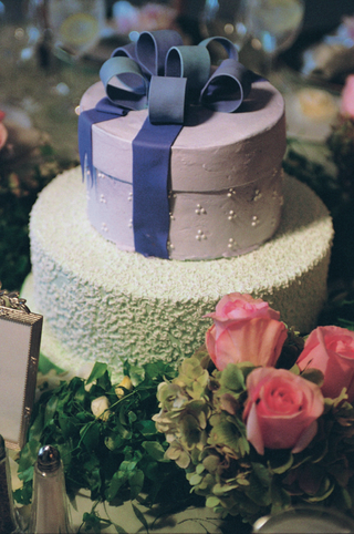 textured-wedding-cake-with-round-box-top-tier