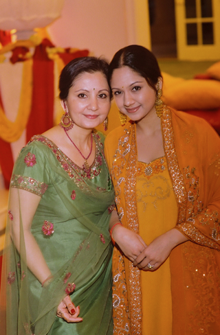 bride-and-mom-at-mehndi-wearing-saris