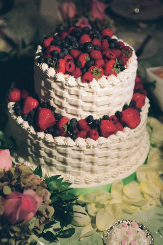 white-basketweave-cake-decorations-with-berries