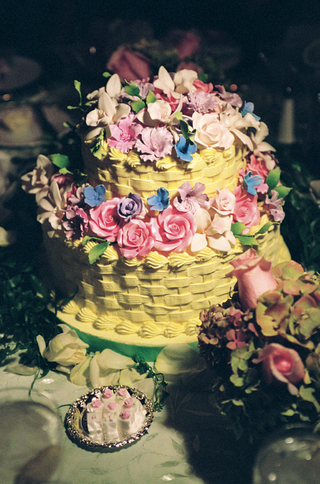 yellow-basket-wedding-cake-with-sugar-flowers-on-top