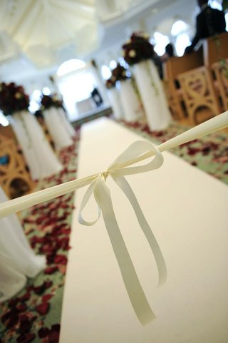 beginning-of-aisle-tied-with-white-ribbon-in-bow