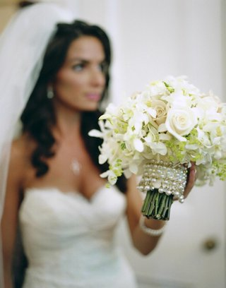 bride-with-white-bouquet-and-pearl-bouquet-holder