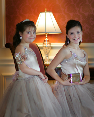 flower-girls-with-sparkly-dresses-with-tulle-skirts-and-wand