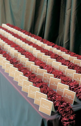 tan-place-cards-are-divided-by-rows-of-red-flowers