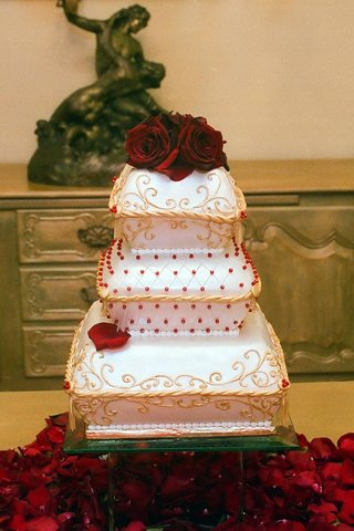 white-red-and-gold-wedding-cake-with-roses