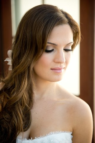bride-with-long-hairstyle-and-natural-summer-makeup