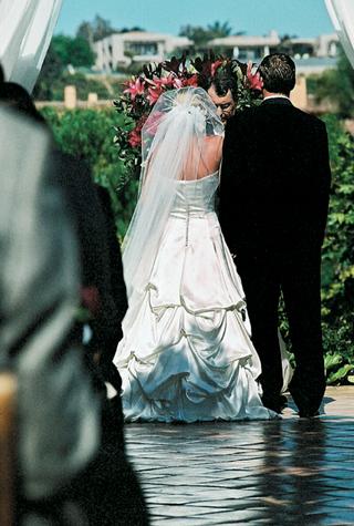 pick-up-wedding-dress-with-long-veil