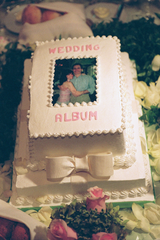 wedding-cake-designed-to-look-like-wedding-photo-album