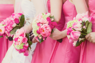 bridesmaid-bouquets-of-pink-roses-and-green-hydrangea