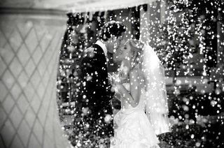 black-and-white-photo-of-bride-and-groom-behind-fountain