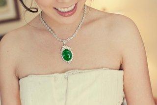 bride-wearing-something-borrowed-jewelry