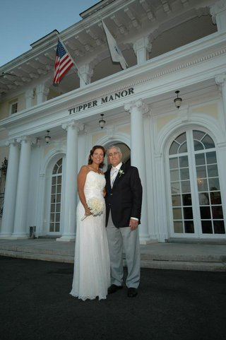 bride-and-groom-in-front-of-tupper-manor
