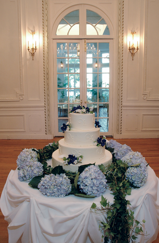 wedding-cake-with-blue-flower-deecorations