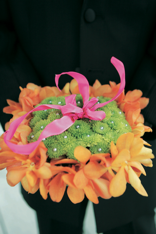 ring-bearer-pillow-made-of-green-and-orange-flowers
