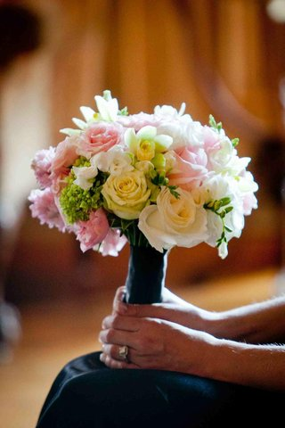 bridesmaids-bouquet-of-light-yellow-pink-and-green-flowers
