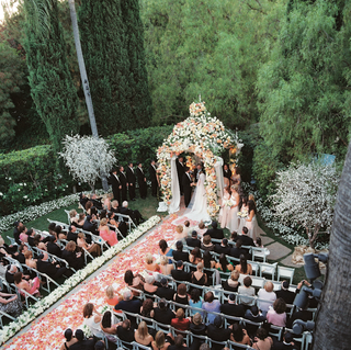 beverly-hills-hotel-outdoor-ceremony-covered-with-flowers