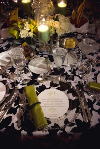 black-and-white-flower-print-reception-table