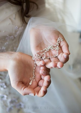 bride-holding-catholic-rosary-in-manicured-hands