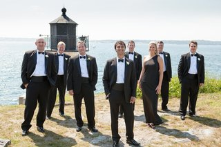 groomsmen-and-groomswoman-at-newport-wedding