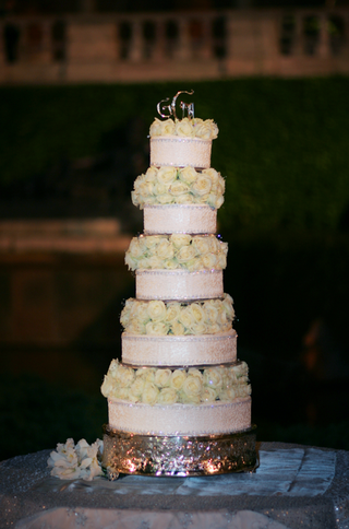 display-cake-with-white-roses-made-of-styrofoam
