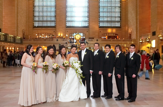couple-with-bridesmaids-and-groomsmen-at-grand-central-station