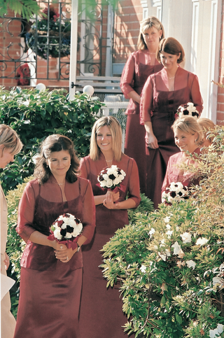 bridesmaids-wear-burgundy-dresses-and-carry-white-and-red-bouquets