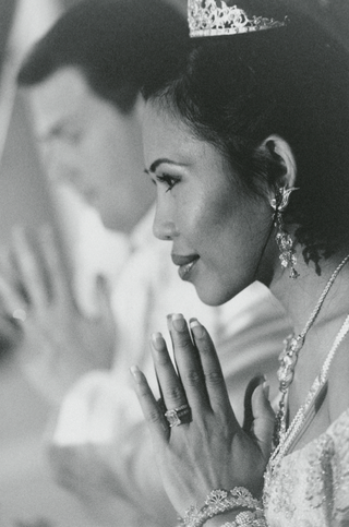 black-and-white-photo-of-bride-praying