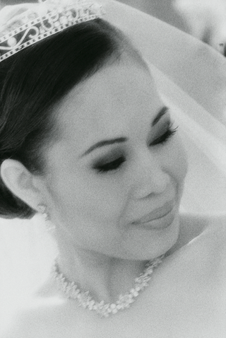 black-and-white-photo-of-bride-wearing-tiara-and-necklace