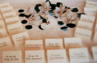 simple-escort-cards-on-a-table-with-white-flowers