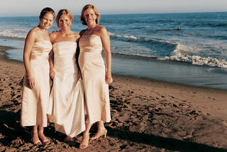 bride-stands-on-beach-with-her-two-maid-of-honor