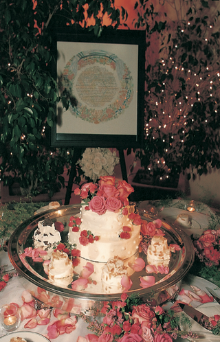 wedding-cakes-with-pink-roses-and-ketubah