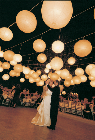 first-dance-and-lanterns-above-reception